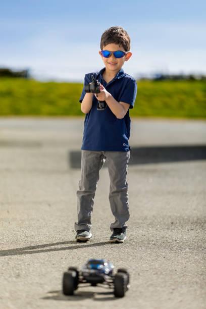 クールなリモート コントロール車子供 - リモート ストックフォトと画像