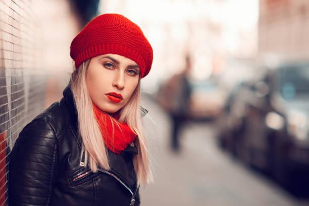 coole frau in städtischen szene - lederjacke mit kapuze damen stock-fotos und bilder