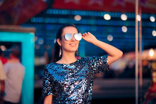 coole frau mit sonnenbrille beim sommerspaß-messe festival - pailletten shirt stock-fotos und bilder