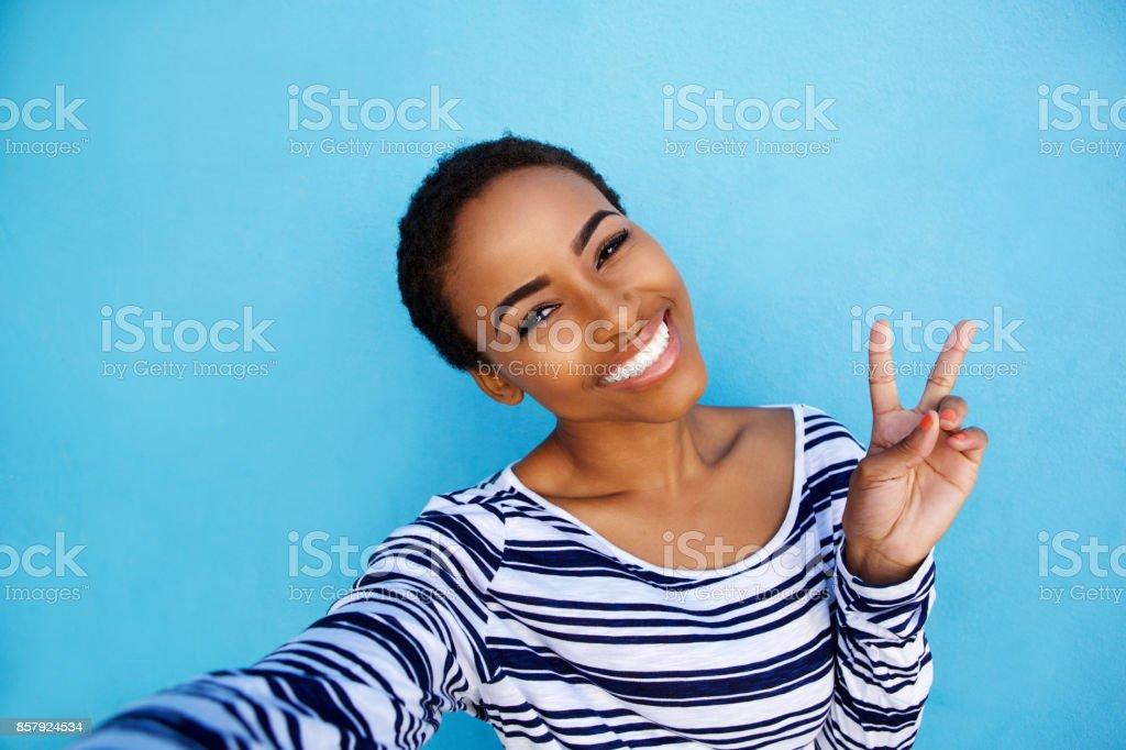 cool jeune femme noire prenant selfie avec signe de main de la paix - Photo