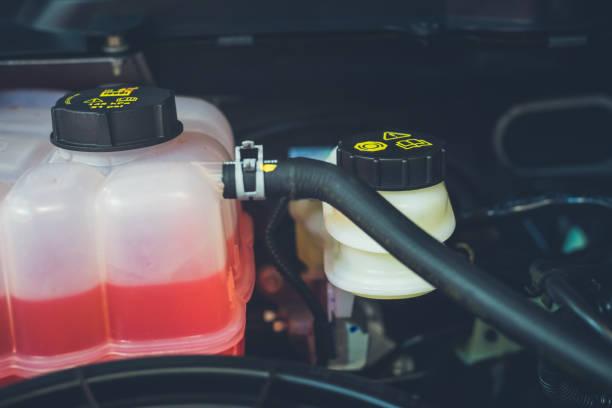 Réservoir de liquide de refroidissement et d'avertissements dans la salle des machines - Photo