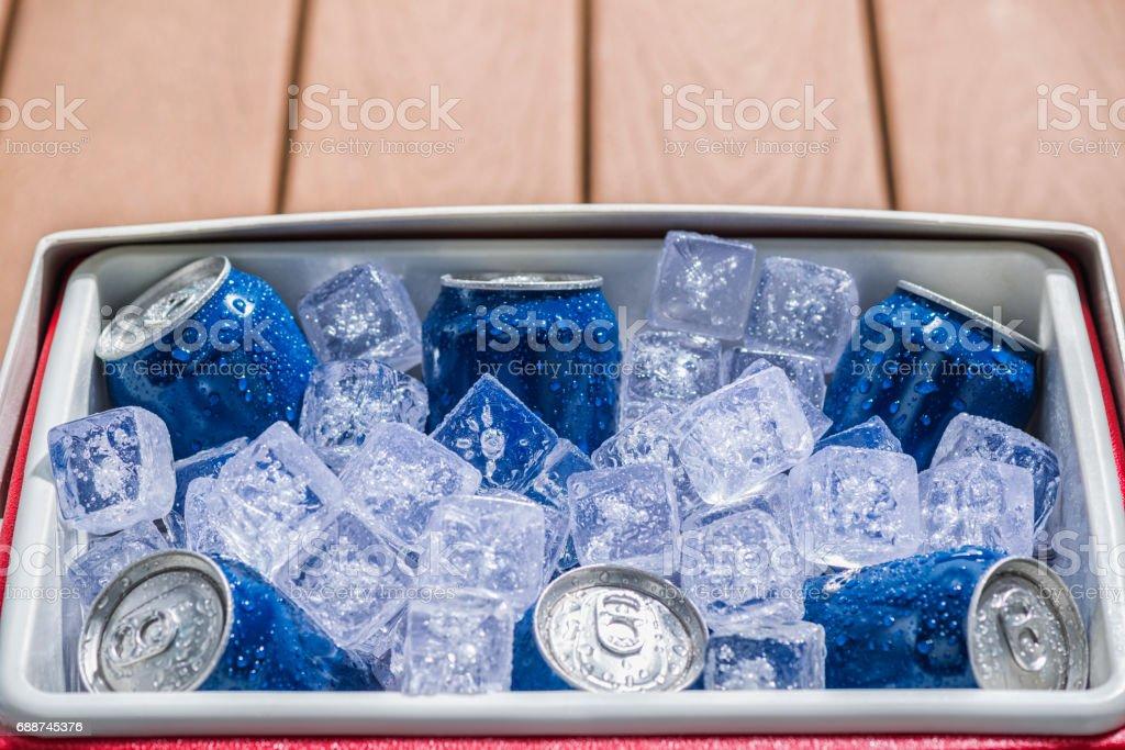 Refrigerador cheio de latas de bebidas frias de gelo - foto de acervo