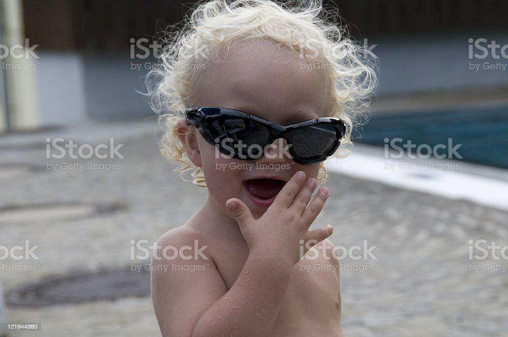 Cooles Baby Mit Brille Lacht Hinter Vorgehaltener Hand Stock Photo Download Image Now Istock