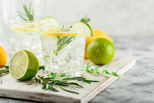 Refroidissement des cocktails alcoolisées ou non alcoolisées au citron - Photo