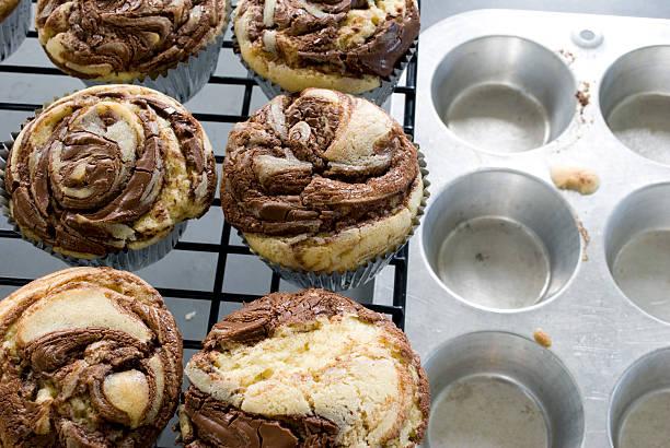 kühlende cupcakes - vanille muffins stock-fotos und bilder
