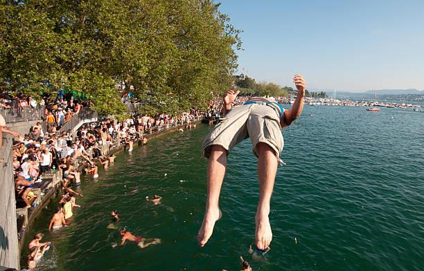 abkühlen in lake zurich - patrick hutter stock-fotos und bilder