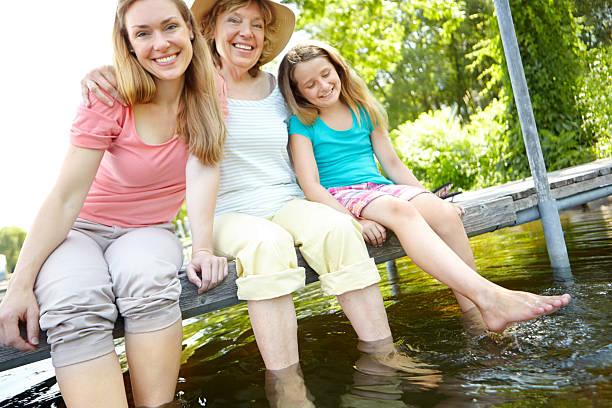 abkühlung am see - granny legs stock-fotos und bilder