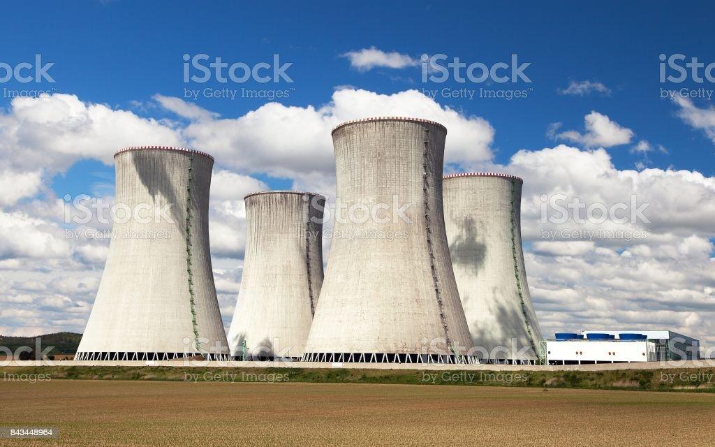 Torre De Enfriamiento Con Las Nubes Planta De Energía
