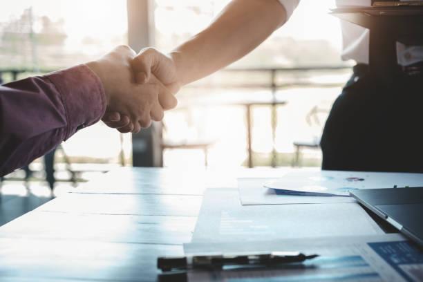 işbirliği veya anlaşma ve sözleşme kavramları. işadamları iş potansiyelini artırmak için şirketler arasında iş elleri katılır. - trust stok fotoğraflar ve resimler