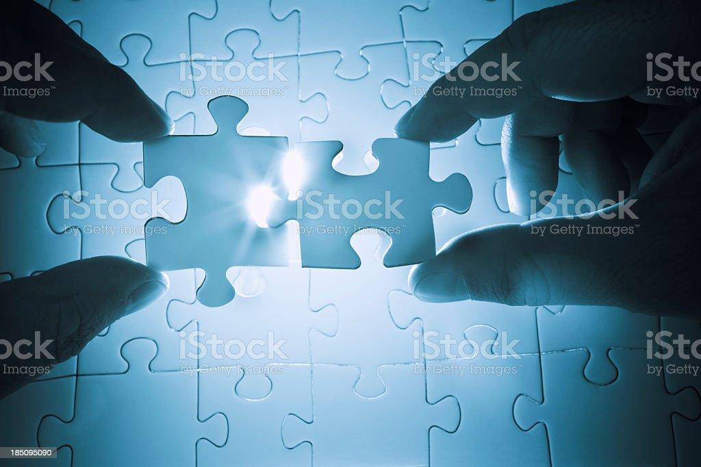 Zusammenarbeit eine puzzle zu lösen - Lizenzfrei Berufliche Partnerschaft Stock-Foto