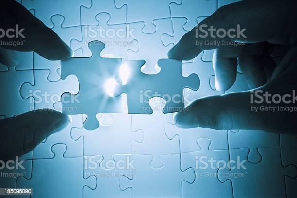 Zusammenarbeit Eine Puzzle Zu Lösen Stockfoto und mehr Bilder von Berufliche Partnerschaft