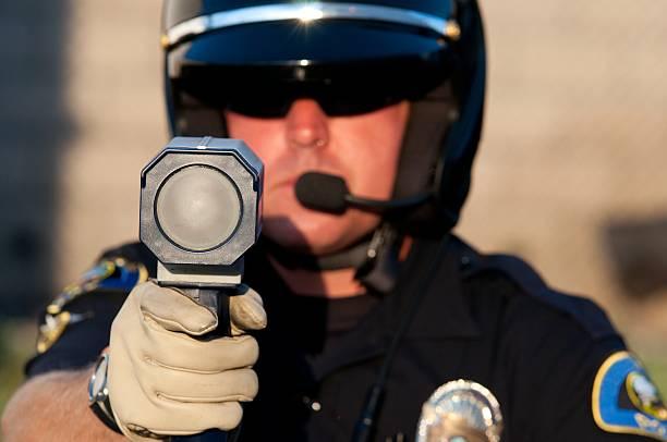 radar pistole - geschwindigkeitskontrolle stock-fotos und bilder