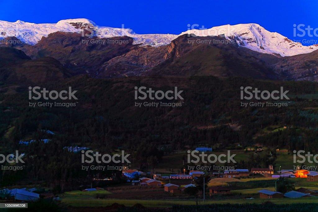 Copa comunidade vila e montanha gama na Cordilheira Blanca ao entardecer - Ancash, Peru - foto de acervo