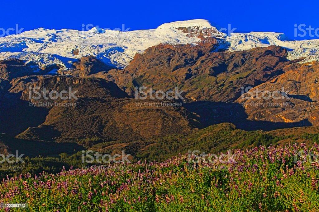 Copa de montanhas na Cordilheira Blanca, cobertas de neve dos Andes - Ancash, Peru - foto de acervo