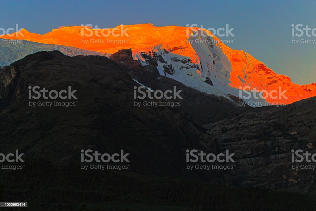 Copa de montanhas na majestosa Cordilheira Blanca, ao pôr do sol - Ancash, Peru - foto de acervo