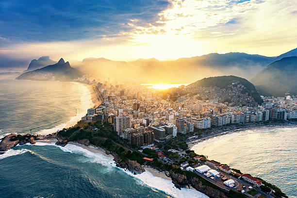 die strände copacabana und ipanema in rio de janeiro. - rio de janeiro stock-fotos und bilder