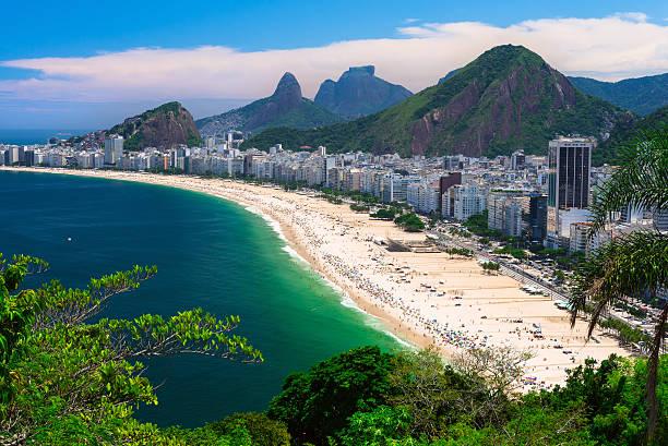 copacabana strand in rio de janeiro - rio de janeiro stock-fotos und bilder