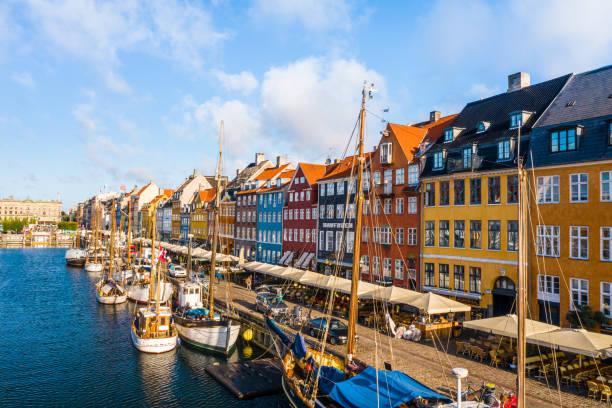 köpenhamn, danmark. ny hamn kanal och underhållning berömd gata. flygfotografering visa från toppen - drone copenhagen bildbanksfoton och bilder