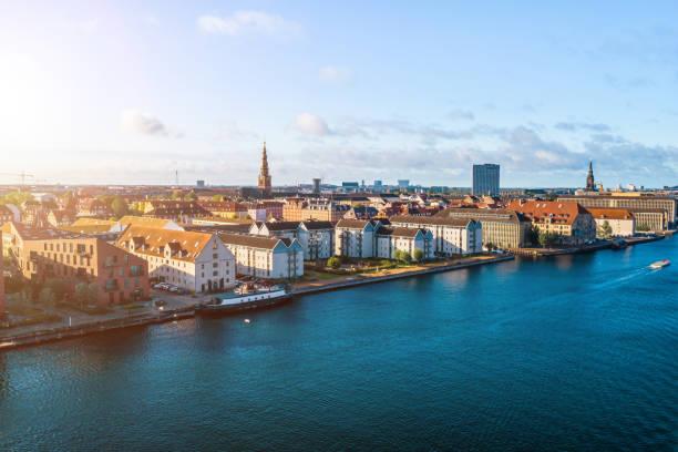 köpenhamn, danmark. ny hamn kanal och underhållning berömd gata. flygfotografering visa - drone copenhagen bildbanksfoton och bilder