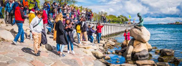Kopenhagener Hafenmassen von Touristen, die die Kleine Meerjungfrau Statue besuchen Dänemark – Foto
