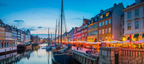 Copenhagen Nyhavn Hafen Restaurants Cafés warm beleuchteten Sonnenuntergang Panorama Dänemark – Foto