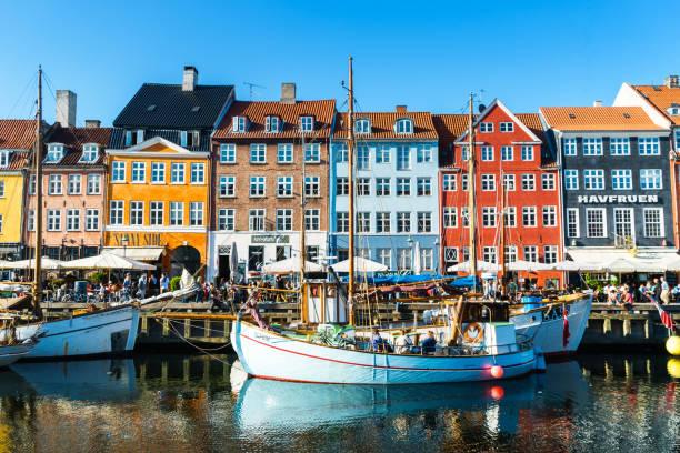 köpenhamn-nyhavn panorama city publik njuta av solsken restauranger barer danmark - öresundsregionen bildbanksfoton och bilder