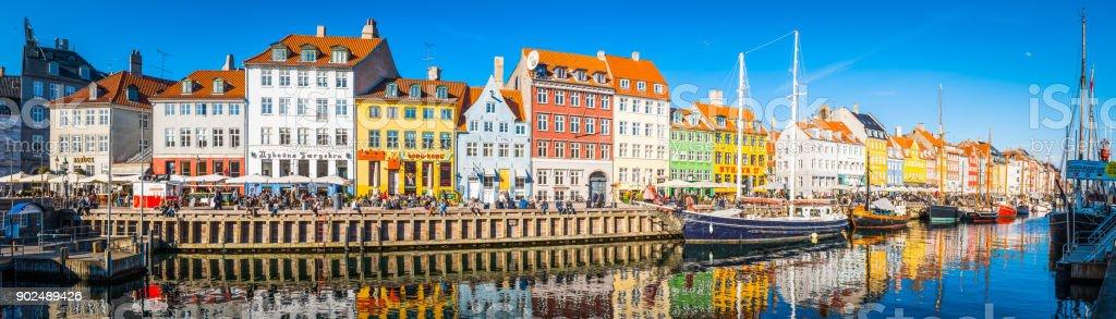 Nyhavn Kopenhagen Stadtpanorama Menschenmassen genießen Sonnenschein Restaurants Bars Dänemark – Foto