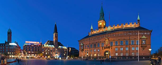 kopenhagener rådhuspladsen rathausplatz beleuchteter neon nacht panorama von dänemark - hotels in kopenhagen stock-fotos und bilder