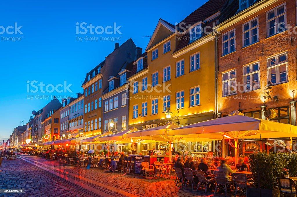 Copenaghen illuminazione accogliente bar e ristoranti di nyhavn al