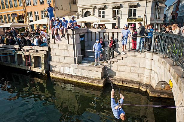 Copenhagen jóvenes Hombres celebrando en frente al mar - foto de stock