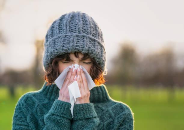umgang mit einem kalten winter - erkältung und grippe stock-fotos und bilder