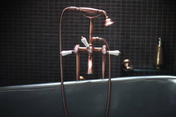 Kupferhahn-Mixer mit Porzellan-Griffen – Foto