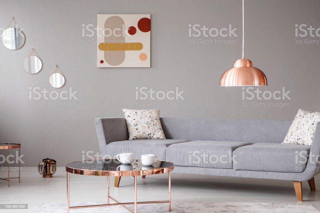 Kupferlampe Und Couchtisch Vor Ein Modernes Sofa In Einem Grauen Wohnzimmer Interieur Echtes Foto Stockfoto Und Mehr Bilder Von Das Leben Zu Hause Istock