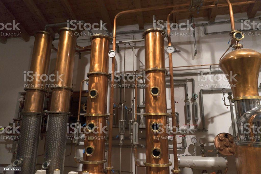 Aún alembic dentro de la destilería de cobre - foto de stock
