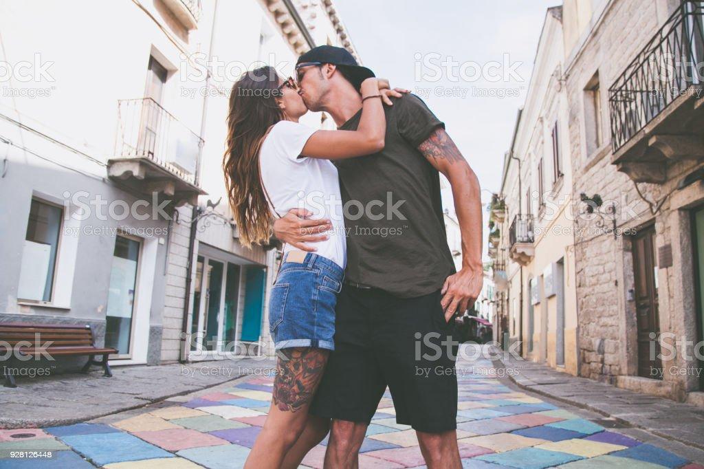 Coppia Di Ragazzi Felice Si Bacia In Vacanza Estate Paese Stock