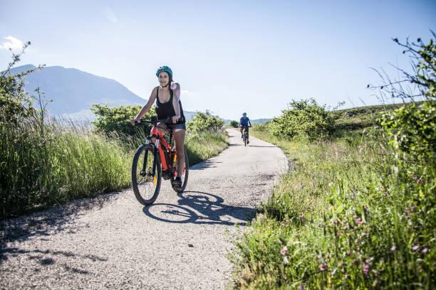 coppia, gruppo di amici in bicicletta in montagna italiana - abruzzo cycle path foto e immagini stock