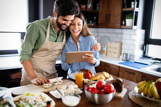 Copule in der heimischen Küche Blick auf Rezept im Internet und Kochen – Foto