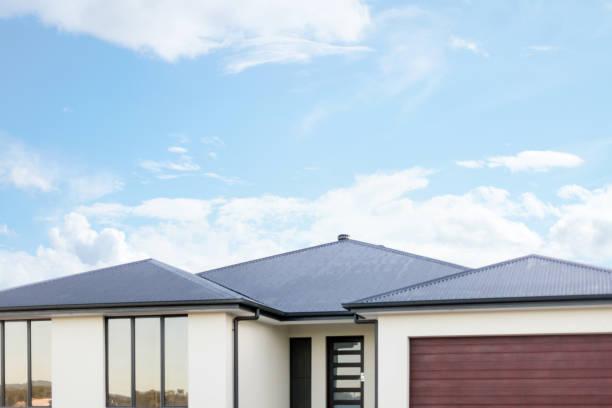 Kopieren Sie Raum über einem Haus mit blauem Himmel – Foto