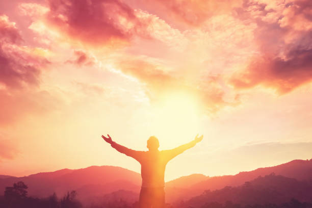 kopiuj przestrzeń człowieka strony podnoszenia na szczycie góry i zachód słońca niebo abstrakcyjne tło. wolność podróży przygoda i koncepcja zwycięstwa biznesu. styl koloru efektu filtra tonu vintage. - bóg zdjęcia i obrazy z banku zdjęć
