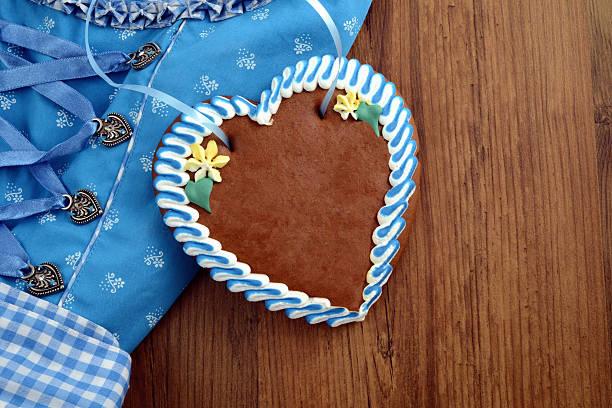 textfreiraum oktoberfest dirndl mit lebkuchen-herzen - lebkuchenherzen stock-fotos und bilder