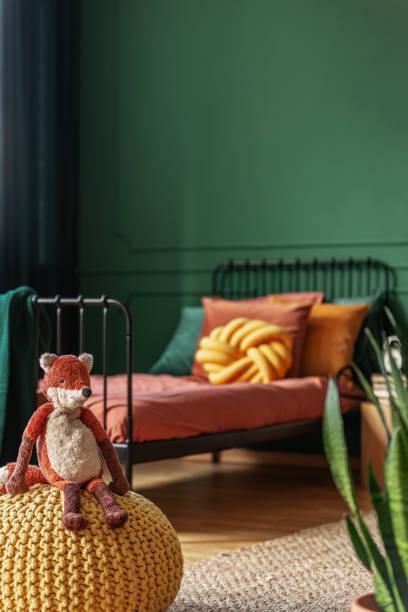 kopierfläche auf leere dunkelgrüne wand des trendigen schlafzimmer-interieurs - fuchs kissen stock-fotos und bilder