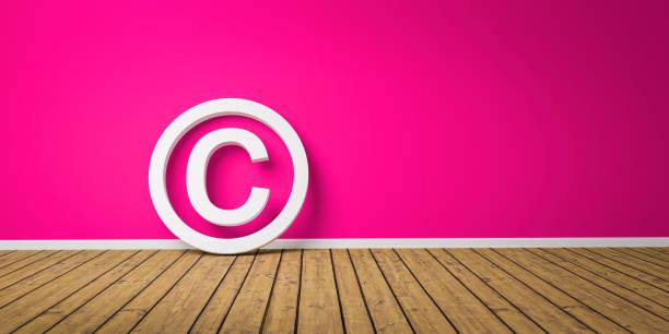 Copyright-Symbol auf Wodden Floor lehnen auf rosa Grunge Wand mit Copy Space - 3D-Illustration – Foto