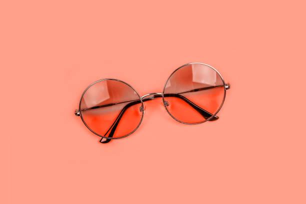 koraal flatlay met zonnebril - pink and orange seashell background stockfoto's en -beelden