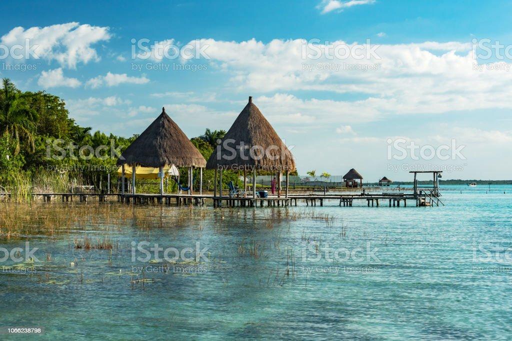 corales y pabellón en la laguna de bacalar - foto de stock