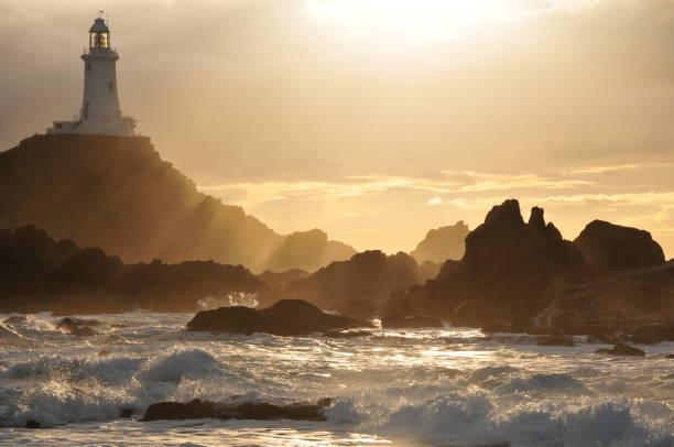 corbiere lighthouse,jersey. - telelens stockfoto's en -beelden