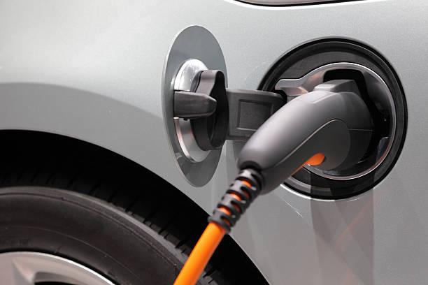 recharge pour voiture électrique - prise électrique à trois fiches photos et images de collection