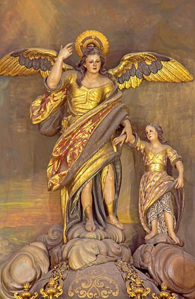 Córdoba-policromada estátua do anjo Raphael - foto de acervo