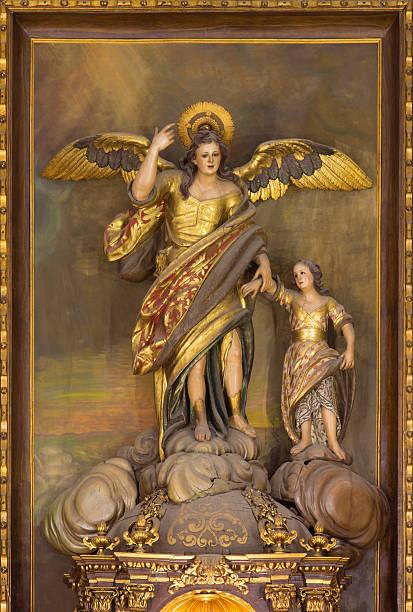 Córdoba-esculpida policromada a estátua do anjo Raphael - foto de acervo