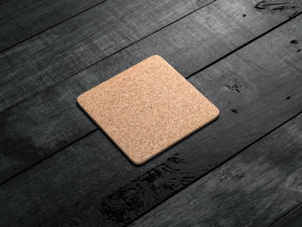 cork pad, bierdeckel mock-up auf dem holztisch - untersetzer stock-fotos und bilder