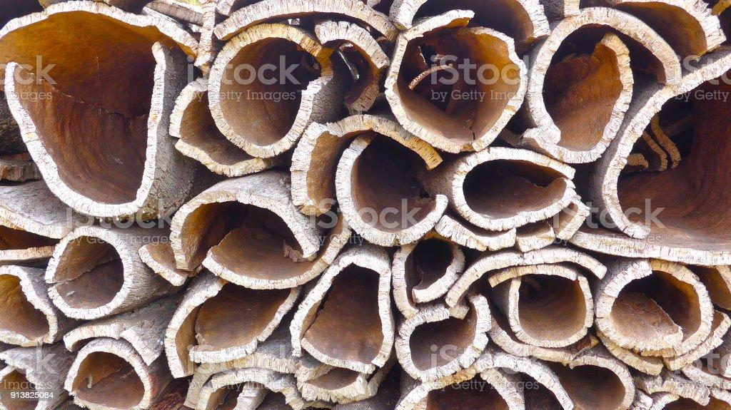 Cork, cork morceaux. Beaucoup de morceaux d'écorce de chêne liège, prêt pour le transport et le traitement ultérieur. Alentejo, Portugal - Photo